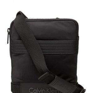Calvin Klein De-Night Flat Crosso olkalaukku