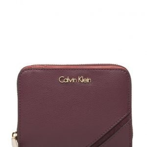 Calvin Klein Juli4 Medium Ziparound With Flap lompakko