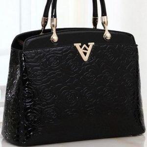 Musta kultakoristeinen laukku