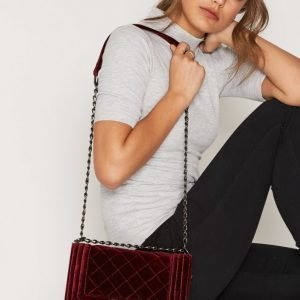 Nly Accessories Suede Chain Crossover Bag Olkalaukku Viininpunainen