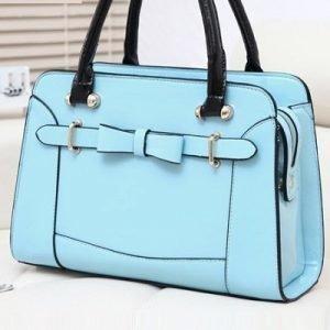 Sininen laukku rusetilla